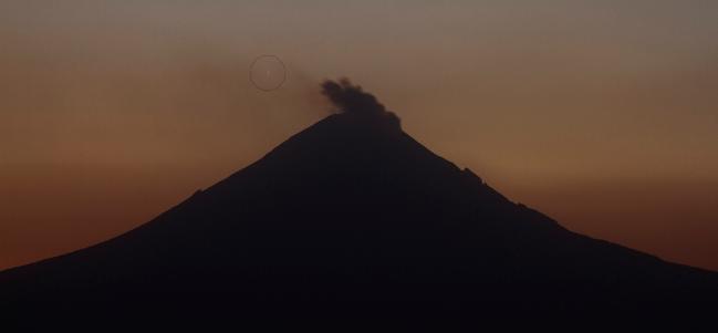 C/2011 L4 fotografiado desde Puebla, Puebla junto con el volcán Popocatepetl. (Cortesía: Oscar Hernández Martínez, Sociedad Astronómica de Puebla)