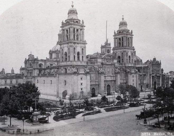 Calles de México: A un costado de Catedral.
