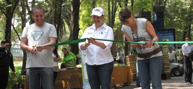Rodrigo Villar (New Ventures México), Martha Delgado (Secretaría de Medio Ambiente del Distrito Federal) y Paulina Moreno (Páginas Verdes) cortando el listón inaugural.