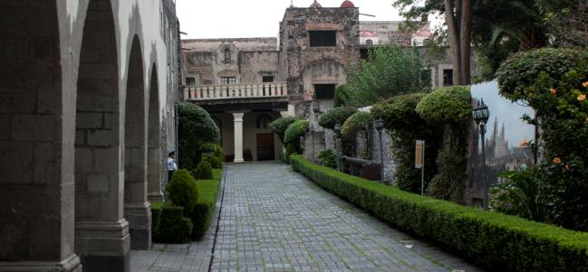 Convento y fortaleza militar en un sólo lugar.