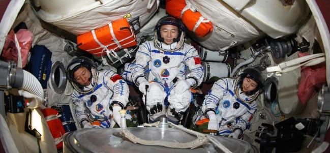 Cápsula Shenzhou 9 con Liu Wang, Jing Haipeing y Liu Yang (Izquierda a Derecha) antes de despegar el 16 de junio desde Jiuquan. (Cortesía: Xinhua)
