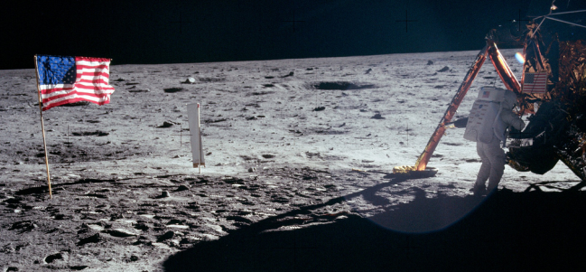 Neil Armstrong trabajando en el Módulo de Descenso Lunar. (Cortesía: NASA)