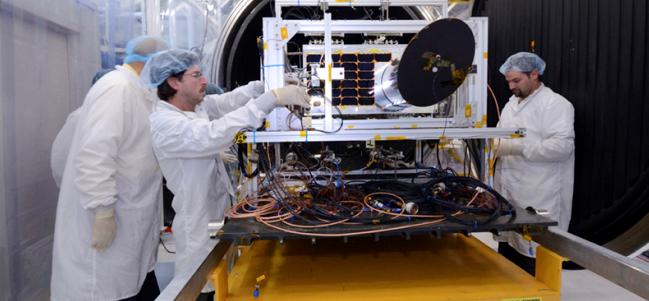 Personal de la Agencia Espacial Canadiense haciendo pruebas con NEOSSat. (Cortesía CSA)