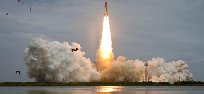 Transbordador Espacial Atlantis, despegando en su última misión STS-135 el 8 de Julio de 2011. (Crédito: NASA)